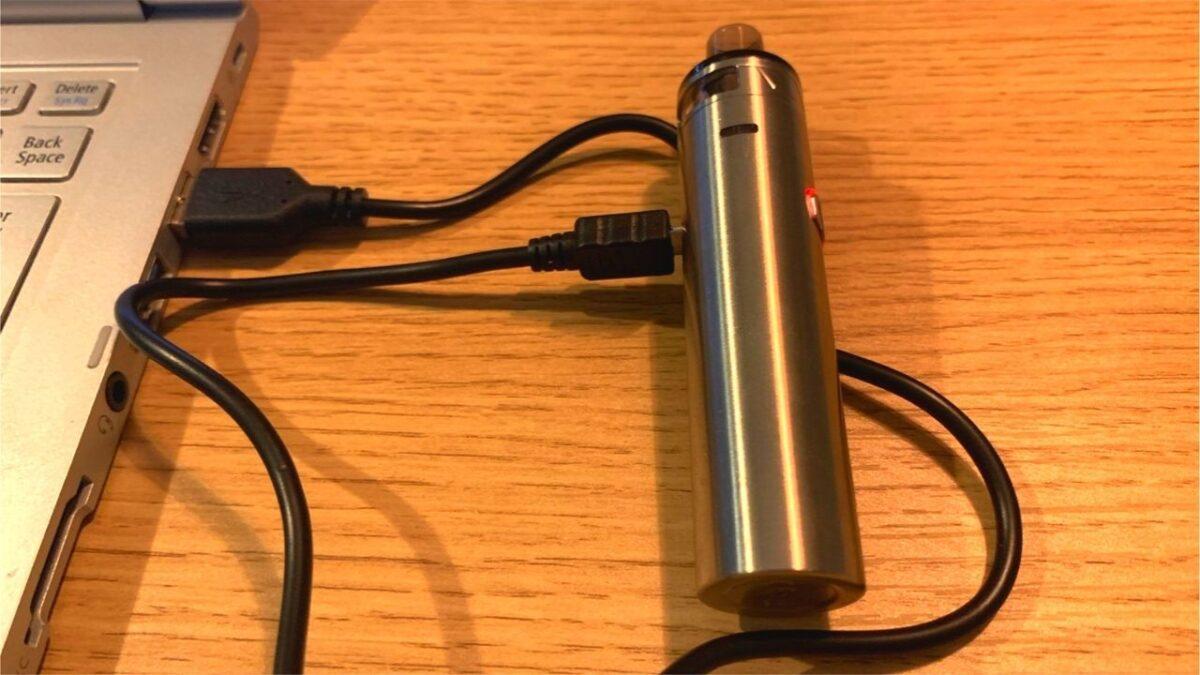 Eleaf iJust AIOをパソコンから充電している画像
